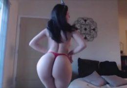Hermosa chica caliente bailando por webcam